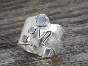 Silber Ring Faltenoptik mit 3 Steinen