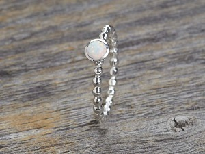 Solitär Ring mit einem kleinen Opal